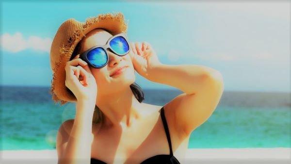 Mujer tomando el sol sin crema solar