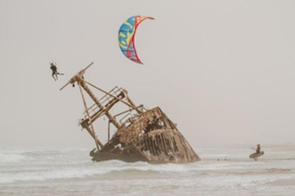 Saltando un barco con un kite en Dakhla