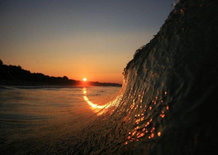 ola rompiendo al amanecer