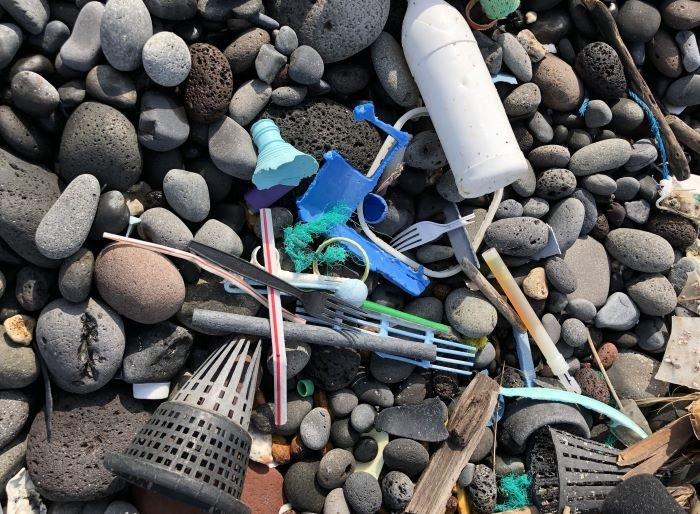Imagen de plásticos en la arena de la playa