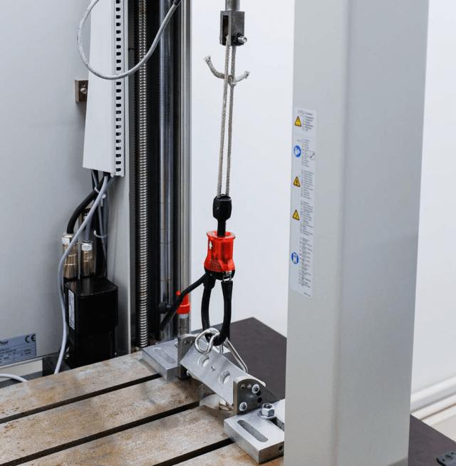 maquina que prueba el nuevo sistema iso 21853 para barras de kitesurf
