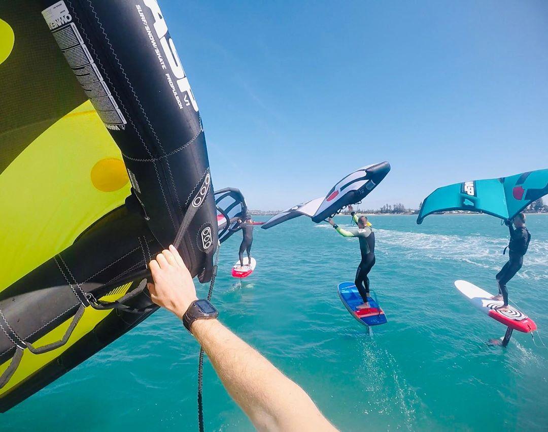 Varios wingsurf navegando